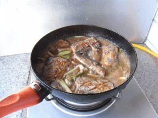 煎烧带鱼,加盐、白糖调味,翻面再烧制2分钟