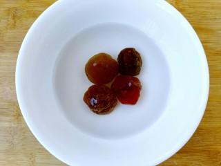 梅汁冬瓜,糖渍青梅放入碗里加入少量清水浸泡。