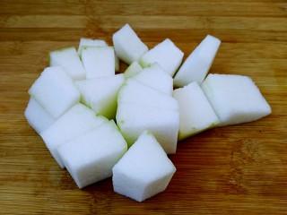 梅汁冬瓜,冬瓜洗净去皮切成大小差不多的块儿。