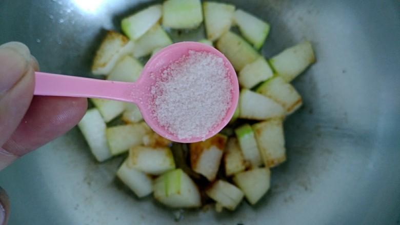 梅汁冬瓜,加入食用盐。
