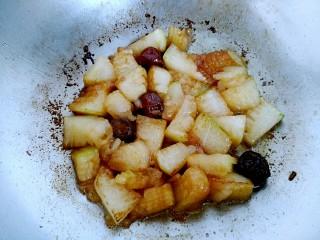 梅汁冬瓜,打开锅盖,只剩少量汤汁,即可关火装盘。梅子的清香味已经弥漫整个屋子啦!