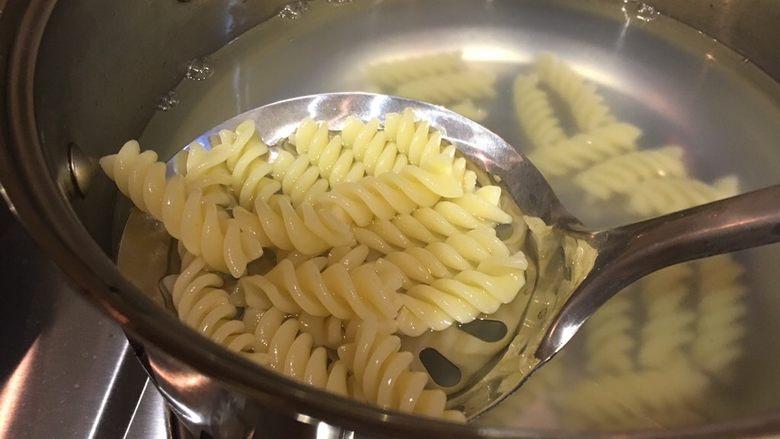 芝士焗意面,刚开始看着少,其实煮开 就泡发变大了~所以这个量根据自己吃多少掌控哦~ 反正之后加了一些 ,吃的中午饭都吃不下了😋😓