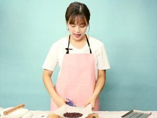 缤纷水果挞  绝美下午茶,方便放入烤箱,用剪刀修去多余的油纸