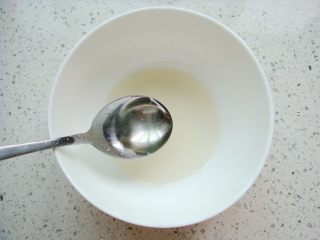 锦鲤寿司,先制作寿司醋: 盐,糖,白醋以1:5:10的比例搅拌均匀即可。
