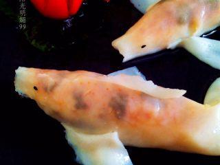 """锦鲤寿司,圣女果""""米""""字切开点缀。"""