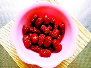 甑糕,红枣选甜度较高的若羌枣口感好,清水洗净备用