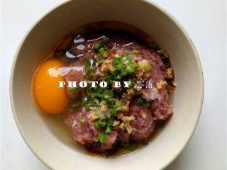 糖醋青椒酿肉,肉馅里调入葱花、姜末、糖、盐、生抽、料酒、鸡蛋、香油;