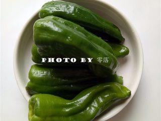 糖醋青椒酿肉,青椒去蒂去籽,洗净;拇指、食指捏住青椒蒂,往青椒内部按,然后再往青椒外部拉,即可轻松去掉青椒蒂青椒籽;