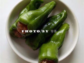糖醋青椒酿肉,将肉馅塞入青椒内部;青椒表面可拭干水分;