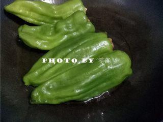 糖醋青椒酿肉,放入青椒,煎至青椒表皮发焦;