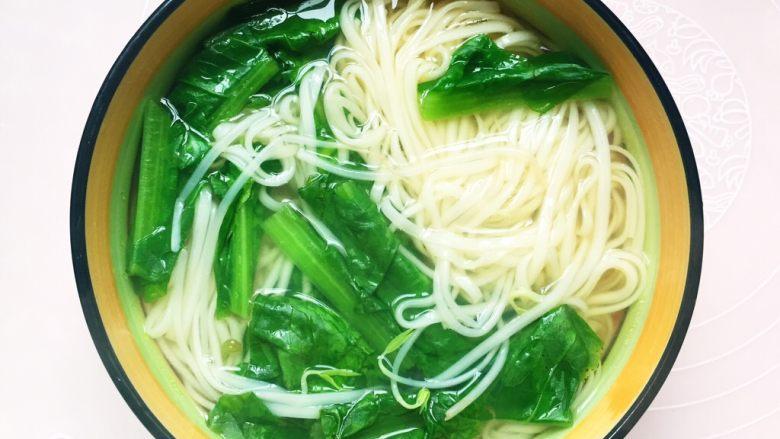 #酸味#家常酸菜肉丝面,把面和菜挑入碗中。