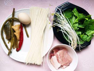 #酸味#家常酸菜肉丝面,准备材料如图。