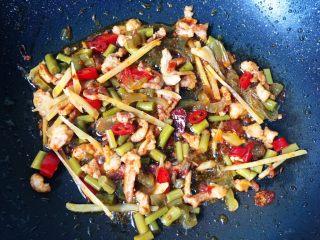 #酸味#家常酸菜肉丝面,放入泡菜翻炒片刻出锅备用。(泡菜比较咸就不要加盐了)
