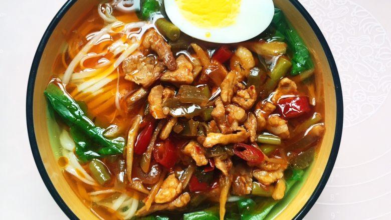 #酸味#家常酸菜肉丝面,将酸菜肉丝臊子盛入碗中,摆上鸡蛋。