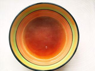 #酸味#家常酸菜肉丝面,碗里加入适量生抽、醋用面汤冲散。