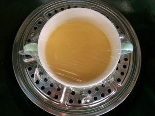 #辅食#虾仁蒸蛋羹,放入锅中蒸7~8分钟,取出。