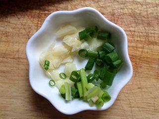 #辅食#虾仁蒸蛋羹,蒜,葱切碎。