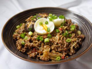 香辣肥牛饭,把炒好的倒进去放入鸡蛋和葱花就好啦