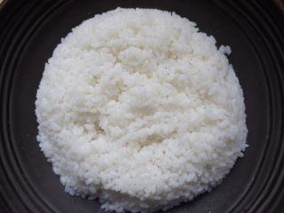 香辣肥牛饭,蒸好的米饭放碗里