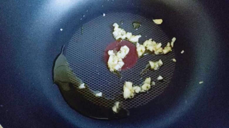 """#咸味#""""以形补形""""孜然炒鸡心,锅中加入食用油,放入蒜炒香。"""