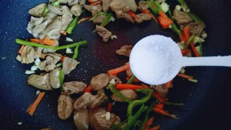 """#咸味#""""以形补形""""孜然炒鸡心,加入盐(可以依个人口味调味。)"""