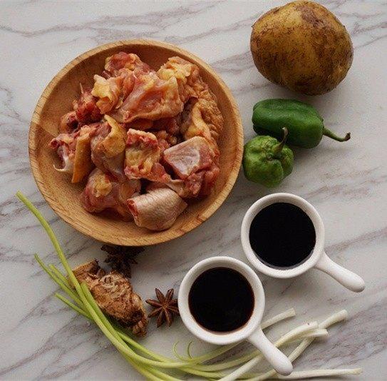 家庭版黄焖鸡,1.提前准备所有食材,鸡肉剁成块  叨叨叨:制作正宗黄焖鸡选用的是新鲜三黄鸡的鸡腿,这样做出来的鸡肉才能鲜嫩透味,但我更喜欢带骨的鸡块,所以
