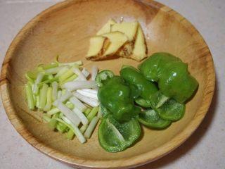 家庭版黄焖鸡,4.将老姜切片;葱切成段;青椒切成片待用