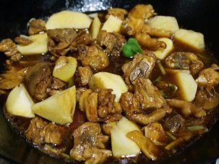 家庭版黄焖鸡,8.放入准备好的土豆块和适量清水,加入适量盐和白糖调味,大火烧开转为小火焖30分钟左右至汤汁收紧