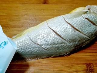 披红戴绿的蒜香红辣椒蒸黄鱼,鱼被鱼肚均匀撒盐,按摩几下,放冰箱冷藏淹十五分钟