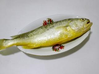 披红戴绿的蒜香红辣椒蒸黄鱼,黄鱼用刀刮去鱼鳞
