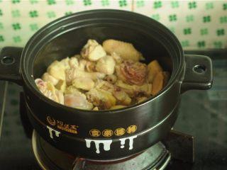 板栗烧鸡,鸡剁成小块,锅里放少许油,将鸡皮和鸡肥油煸炒出大量油后,倒入鸡块大火煸炒