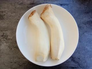 #辣味#耗油黑椒手撕杏鲍菇,准备杏鲍菇两根