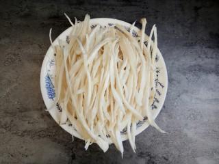 #辣味#耗油黑椒手撕杏鲍菇,洗干净后用手撕成条