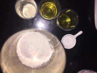 蔓越莓椰蓉月饼,先准备冰皮材料。 转化糖浆、碱水、玉米油、中筋面粉、奶粉