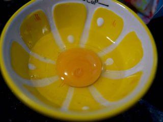 土豆虾球,鸡蛋磕入碗中