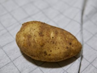土豆虾球,准备一个新鲜的土豆