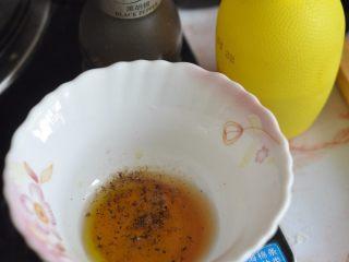 鸡肉土豆沙拉,再加入少许柠檬汁、蜂蜜、黑胡椒颗粒,搅拌均匀。