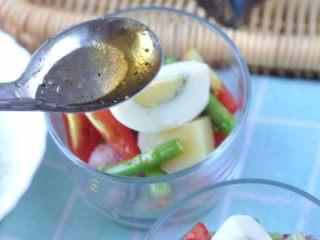 鸡肉土豆沙拉,将油醋汁淋在沙拉上面即可。