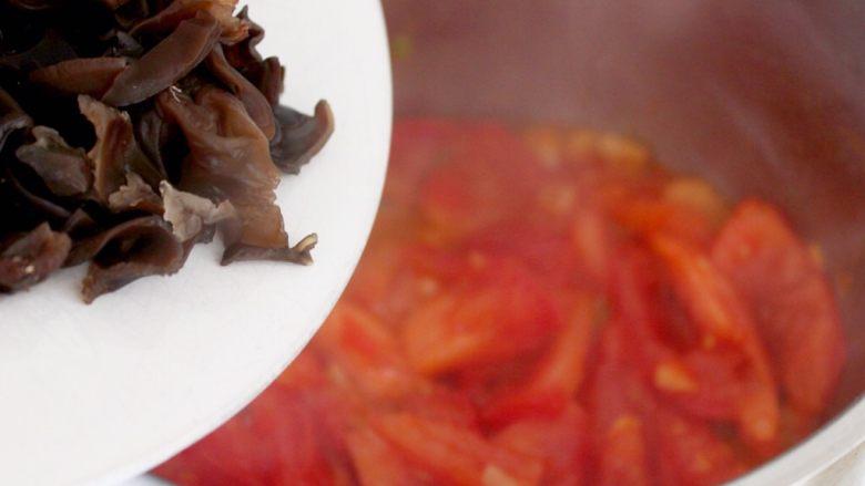吃豆腐+番茄鱼丸豆腐汤,5.番茄炒变色,下木耳。