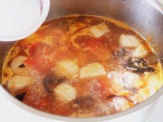 吃豆腐+番茄鱼丸豆腐汤,10.等到锅开,调入芡粉。