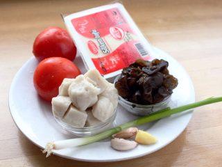 吃豆腐+番茄鱼丸豆腐汤,1.材料集体照:番茄240克,鱼丸150克,豆腐150克,泡发木耳50克,葱一根,蒜三瓣。