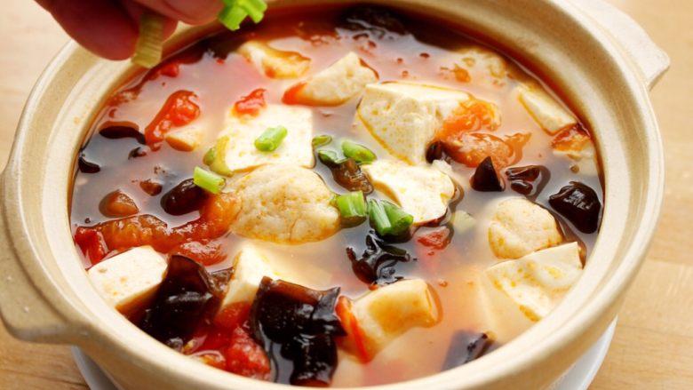 吃豆腐+番茄鱼丸豆腐汤,11.再沸腾就可盛起,散点葱花即可。