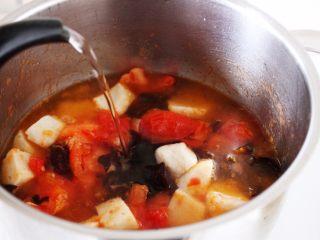 吃豆腐+番茄鱼丸豆腐汤,8.加入适量的开水。