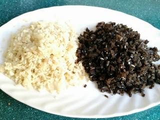 石蛤蟆水饺(博山水饺的包法),把笋片和木耳分别剁碎。