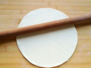 石蛤蟆水饺(博山水饺的包法),就像做手擀面一样用擀面杖擀开。