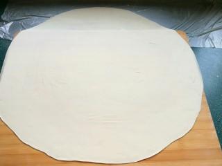 石蛤蟆水饺(博山水饺的包法),一直擀成厚薄均匀的圆形大面皮。然后往上面撒一些面粉防沾。