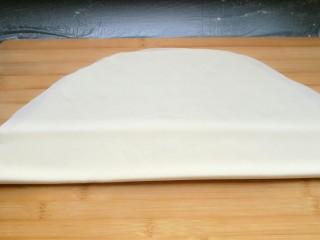 石蛤蟆水饺(博山水饺的包法),然后再往上折,就像折扇子一样。