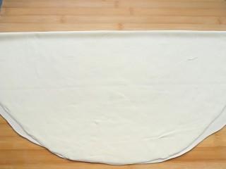 石蛤蟆水饺(博山水饺的包法),把面皮对折。