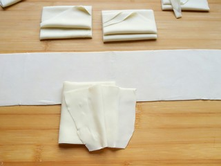 石蛤蟆水饺(博山水饺的包法),把切好的面皮段打开,将一边对齐,一层一层叠在一起。