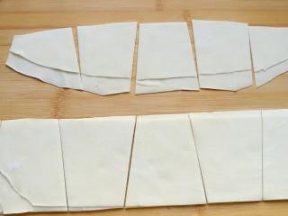 石蛤蟆水饺(博山水饺的包法),用刀一左一右斜切成相邻颠倒的梯形状。使之成为下底为约08厘米,上底为5-6厘米,高为高为8厘米的等腰梯形面片。
